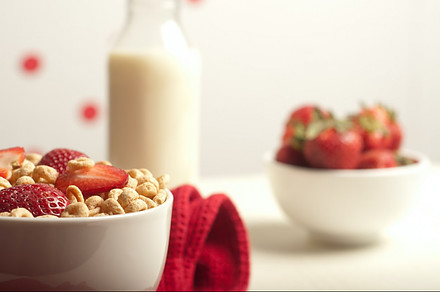 Foods not to put in the fridge - bowl of cheerios cereal with milk and strawberries