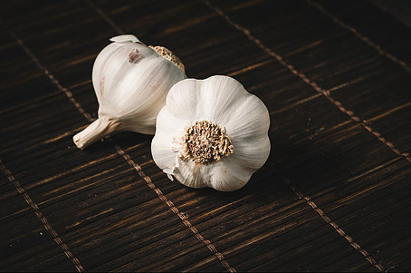 Foods not to put in the fridge - two cloves of garlic