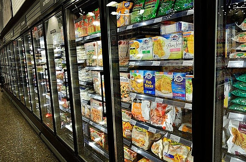 What food can I freeze? - Supermarket freezer stocked with food
