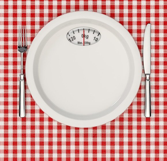 Healthy eating kitchen gadgets - Dinner table with plate scales