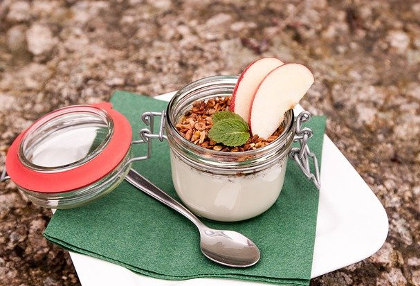 How to eat clean on the go - Yoghurt pot with apple on plate