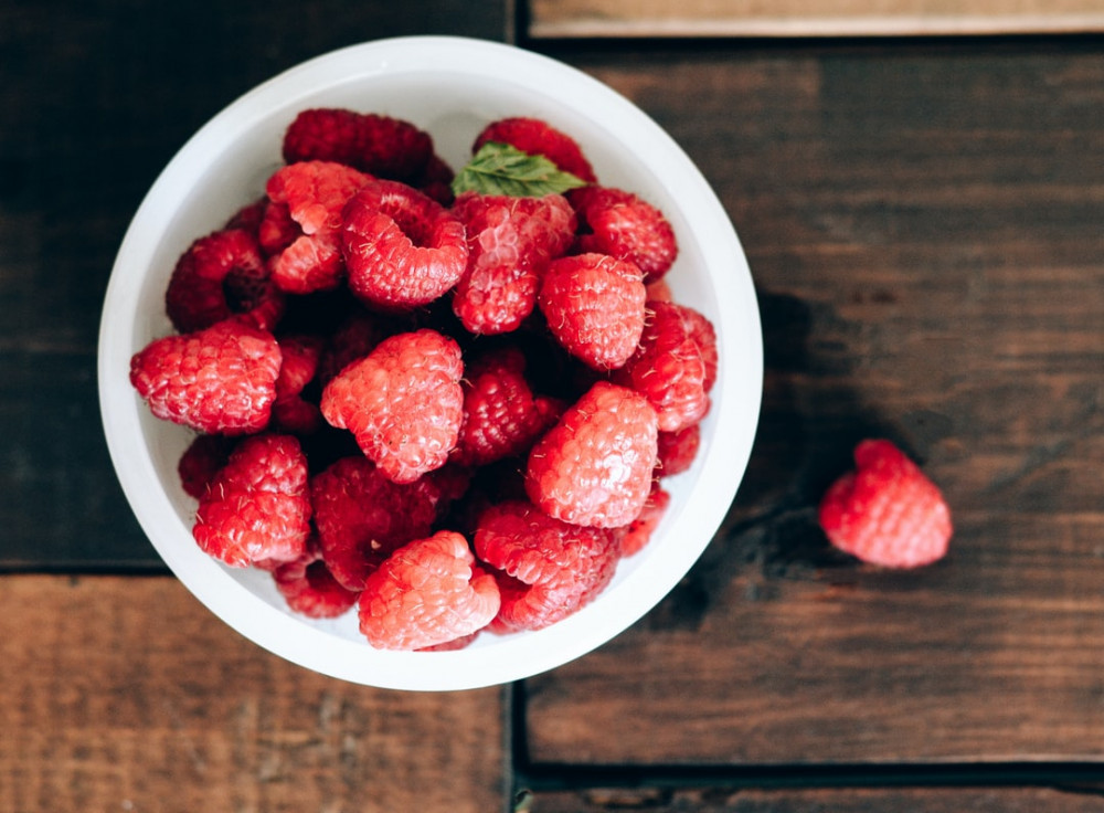 Low calorie food swaps - Raspberries in a bowl on a table
