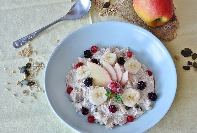 What foods can I cook in the microwave? - Porridge bowl with fruit toppings