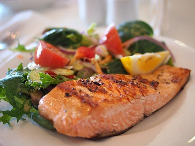 What foods can I cook in the microwave? - Salmon with salad