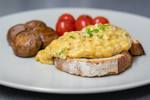 What foods can I cook in the microwave? - Scrambled eggs on toast with mushrooms and tomatoes
